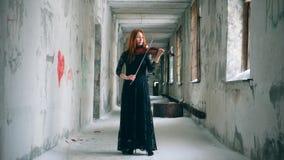 有弹小提琴的红头发人妇女的减少走廊 股票录像