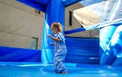 有弹性的蓝色孩子 免版税库存照片