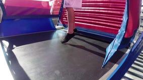 有弹性跳跃的健身房的绷床 股票录像