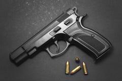 有弹药的手枪 免版税库存照片