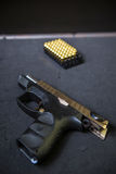有弹药筒的枪 免版税库存图片