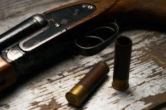 有弹药筒的狩猎步枪 免版税图库摄影