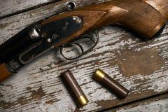 有弹药筒的狩猎步枪 免版税库存照片