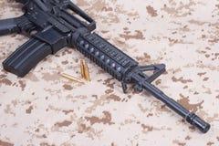 有弹药筒的攻击步枪在我们一致的海军陆战队员 免版税库存图片