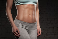 有强健的身体的健身女性妇女,做她的锻炼,吸收, abdominals 库存图片