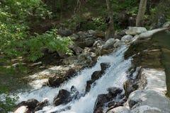 有强有力的水流量的山河 库存图片