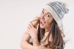 有强的健康明亮的头发的愉快的美丽的妇女在冬天 免版税库存照片