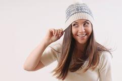 有强的健康明亮的头发的愉快的逗人喜爱的美丽的妇女在wi 图库摄影