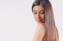 有强的健康明亮的头发的美丽的妇女 图库摄影