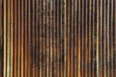 有强的垂直线的老生锈的波纹状的钢墙壁 免版税库存图片