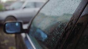 有强的夏天雨 下落在汽车和战斗落与玻璃 股票视频