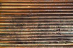 有强的水平线的老生锈的波纹状的钢墙壁 库存图片