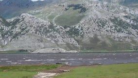 有强风的Matese湖概要 股票视频