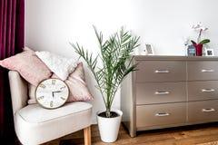 有当代家具和设计的主卧室 库存图片