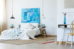 有当代绘画的时髦的卧室 库存图片