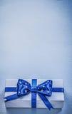 有当前磁带的礼物盒在蓝色背景假日概念 库存图片