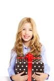 有当前礼品红色丝带配件箱的白肤金发的孩子女孩 免版税库存照片