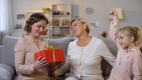 有当前礼物盒母亲,假日传统的孙女的年长妇女 影视素材