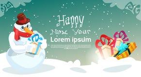 有当前箱子圣诞节庆祝新年贺卡的雪人 免版税库存图片