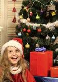 有当前箱子的圣诞节愉快的孩子 库存图片