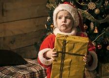 有当前箱子的圣诞节愉快的孩子 免版税库存图片