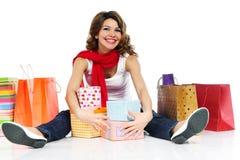 有当前配件箱和查出的购物袋的美丽的妇女 免版税库存图片