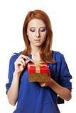 有当前配件箱的女孩。 免版税库存图片