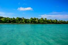有当地植被的热带海岛 图库摄影