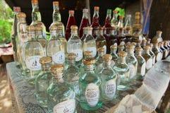 有当地被生产的米酒精的瓶在一家街道商店在禁令Xabg干草村庄旅馆琅勃拉邦,老挝 图库摄影