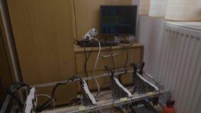 有录影图形卡的Gpu bitcoin开采的船具机器和在计算机数字的显示器的隐藏货币过程 股票录像