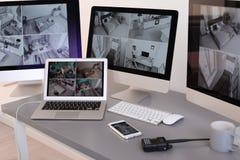 有录影广播的现代计算机从在卫兵的工作场所的安全监控相机 免版税库存图片