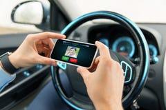 有录影电话的男性手在汽车的智能手机 免版税库存图片