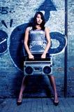 有录音机的妇女对墙壁 免版税库存照片