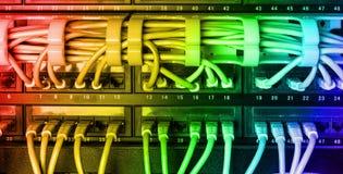 有彩虹互联网插接线的服务器机架缚住 免版税库存照片