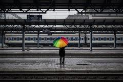 有彩虹伞的女孩 图库摄影