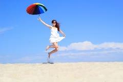有彩虹伞的无忧无虑的女孩 免版税库存照片