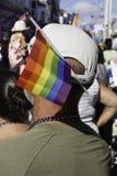 有彩虹旗子的人在他的帽子黏附了在第37个每年Provincetown狂欢节队伍在Provincetown,马萨诸塞 免版税库存照片