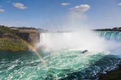 有彩虹的尼亚加拉瀑布 免版税库存照片