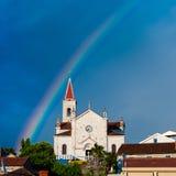 有彩虹的老石教会在天空在达尔马提亚,克罗地亚 免版税库存照片
