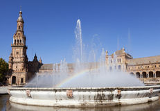 有彩虹的, Plaza de西班牙,塞维利亚,西班牙喷泉 图库摄影