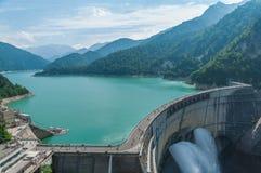 有彩虹的Kurobe水坝 免版税库存图片