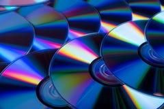 有彩虹范围的许多音乐雷射唱片颜色  免版税库存照片