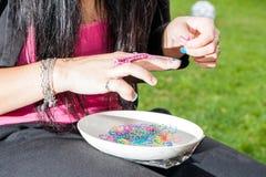 有彩虹织布机的女孩 免版税图库摄影