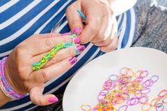 有彩虹织布机的妇女 免版税库存照片