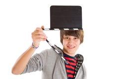 有影片板岩的男孩在手中-隔绝在白色 库存图片