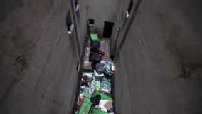 有很多垃圾和非常肮脏的大型垃圾桶 影视素材