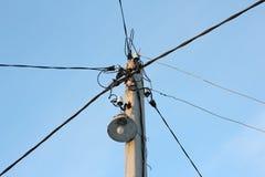 有很多导线的路灯柱用不同的方向 库存图片