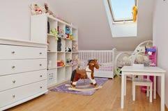 有很多玩具的小孩的室 免版税库存照片