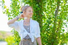 有很多辅助部件、圆环和镯子的美丽的boho样式妇女享受夏日的 免版税图库摄影