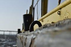 有很多铁锈的老摒弃船 库存照片